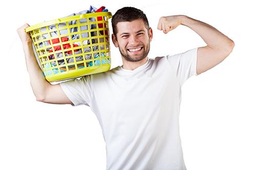 Mies kantaa pyykkikoria