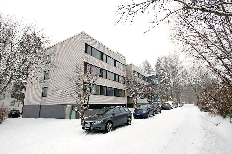 Männistönkatu 7:n kerrostalo talvisessa maisemassa