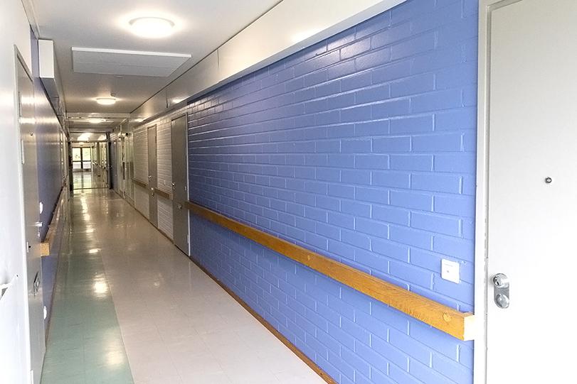 Remontin yhteydessä sinivalkoiseksi maalatut käytävän seinät