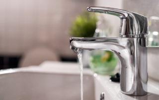 Kylpyhuoneen vesihana, josta valuu vettä